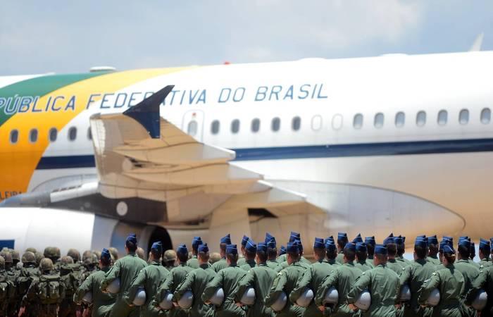 Um grupo de militares diante de um avião da Força Aérea Brasileira (FAB), em uma imagem de arquivo. Foto: Tereza Sobeira/Ministério da Defesa/Divulgação