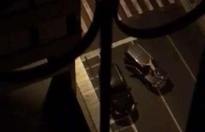 Imagens que circularam nas redes sociais mostram um suposto refém colocado em cima de um dos veículos usados pelos criminosos. No vídeo que mostra o carro em movimento, é possível ver tiros sendo disparados de dentro do veículo. Foto: Reprodução da Internet/WhatsApp