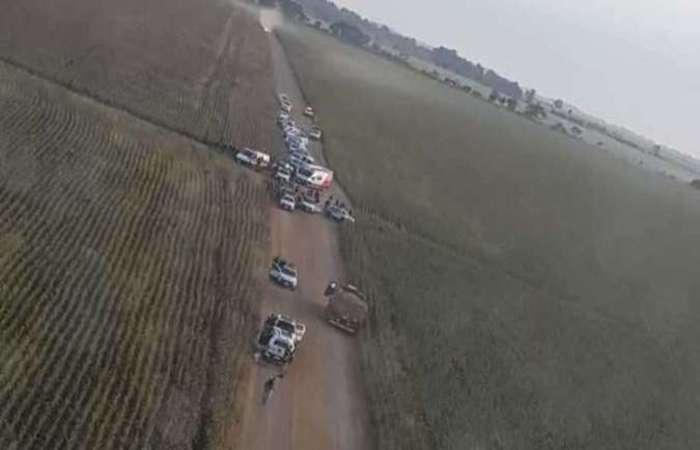 Policiais cercaram o caminhão que estava na BR-262, entre Uberaba e Araxá. Foto: Divulgação/PM