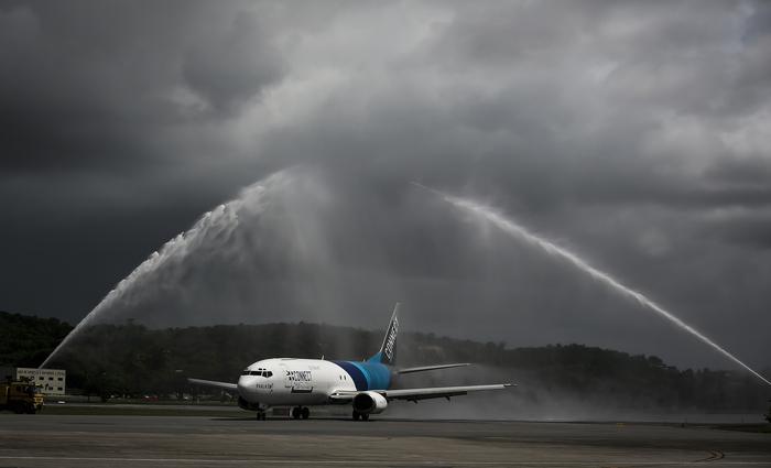Avião Boeing passou pelo batismo na pista do aeroporto do Recife. Foto: Heudes Regis/SEI