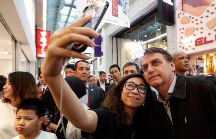 Jair Bolsonaro atende apoiadores brasileiros em Osaka: irritação com jornalistas e resposta ríspida para chanceler da Alemanha. Foto: Alan Santos / PR