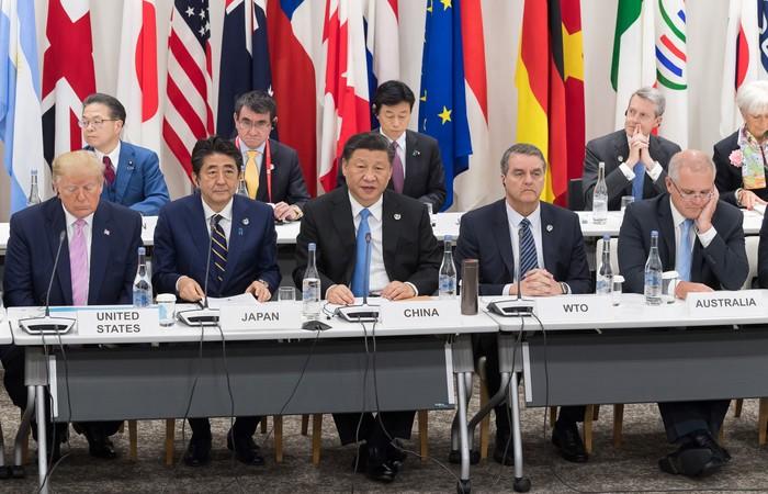 Roberto Azevêdo, diretor-geral da OMC, ao lado do presidente da China. Foto: Jacques Witt / POOL / AFP