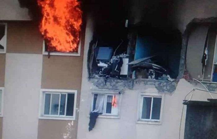 Os bombeiros acreditam que a máquina que realizava o serviços pode ser a causa da explosão. FOTO: Twitter/Reprodução (Os bombeiros acreditam que a máquina que realizava o serviços pode ser a causa da explosão. FOTO: Twitter/Reprodução)