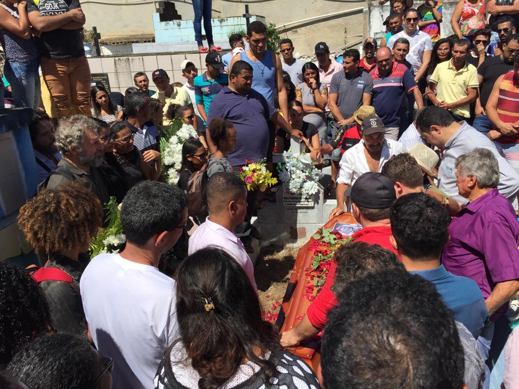Corpo de professor foi sepultado nesta manhã, em Pombos. Foto: Henrique Lee/cortesia