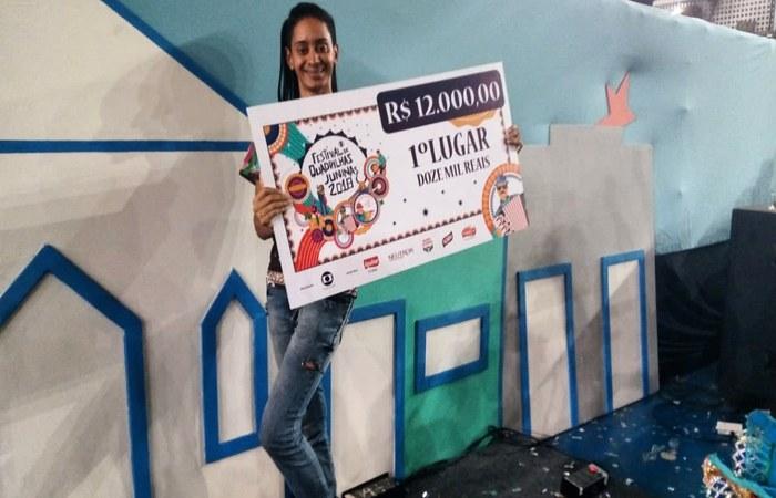 Hitallo acompanha a junina desde 2008. Na foto, ele segura o prêmio de campeã da Globo, em 2018. Foto: WhatsApp/Cortesia