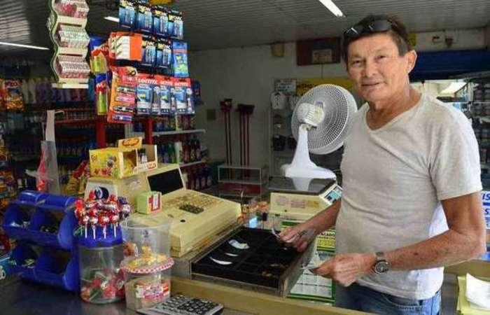 João Batista inaugurou o mercado na Estrutural em 1994. Hoje, o comerciante diz que não vale manter o negócio - Foto: Marcelo Ferreira/CB/D.A Press