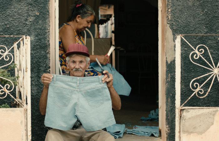 O ritmo incessante das fábricas de jeans engole não só o tempo de vida das pessoas, mas também a antiga economia do meio rural. Foto: Reprodução