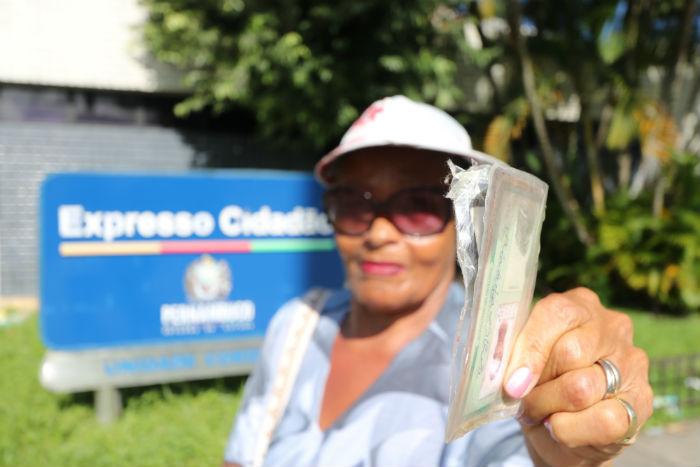 Maria Luiza caminhou sete quilômetros até a unidade do Cordeiro e teve que voltar sem renovar a carteira de identidade. Foto: Tarciso Augusto/Esp.DP.