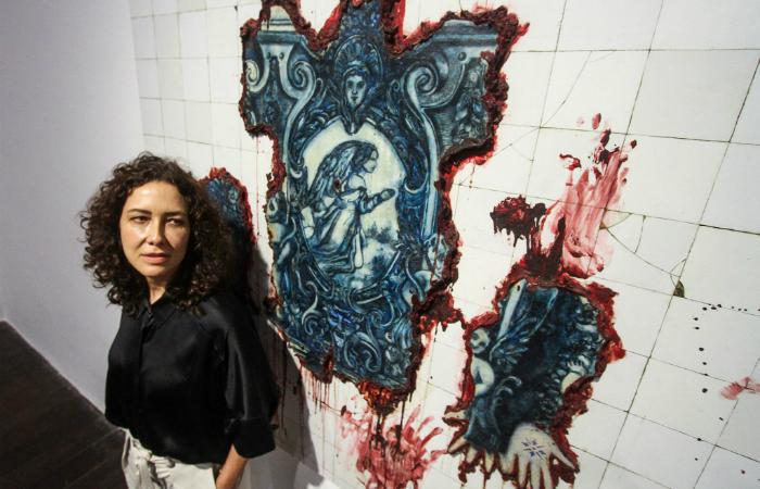 Adriana Varejão ao lado da obra Pele Tatuada à Moda de Azulejaria. Foto: Bruna Costa/DP.