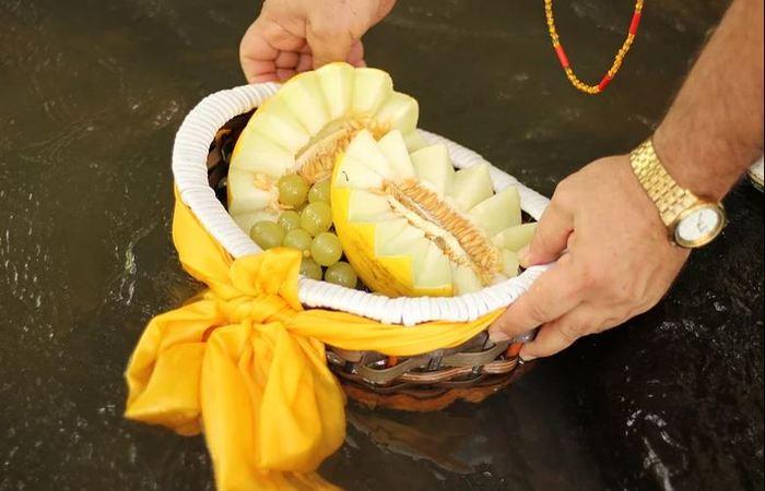 Oferenda ao orixá Dandalunda feita no rio. Foto: Samuel Calado/DP
