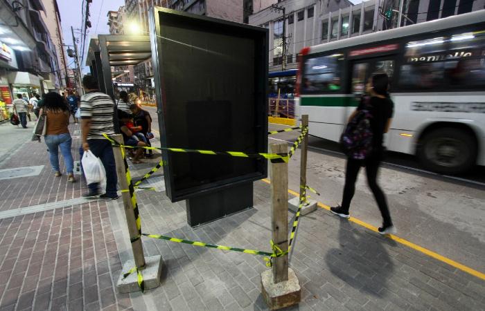 Placa com linhas que passam na avenida foi vandalizada no fim de tarde desta segunda (15) - Bruna Costa/Esp. DP