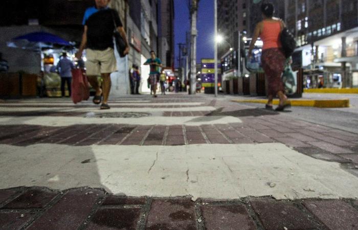 Faixa de pedestres na Rua da União começou a descascar; Emlurb admite que utilizou material inadequado na pintura - Bruna Costa/Esp. DP