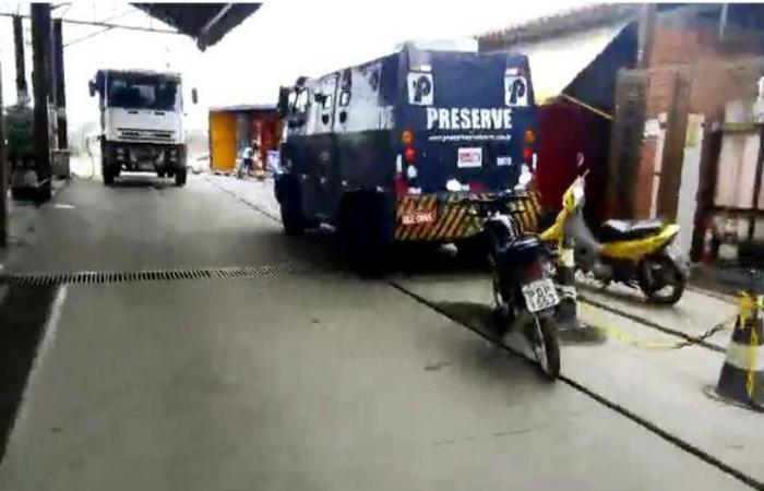 O motorista do veículo blindado conseguiu romper o cerco e frustrou o assalto. Foto: Reprodução / YouTube