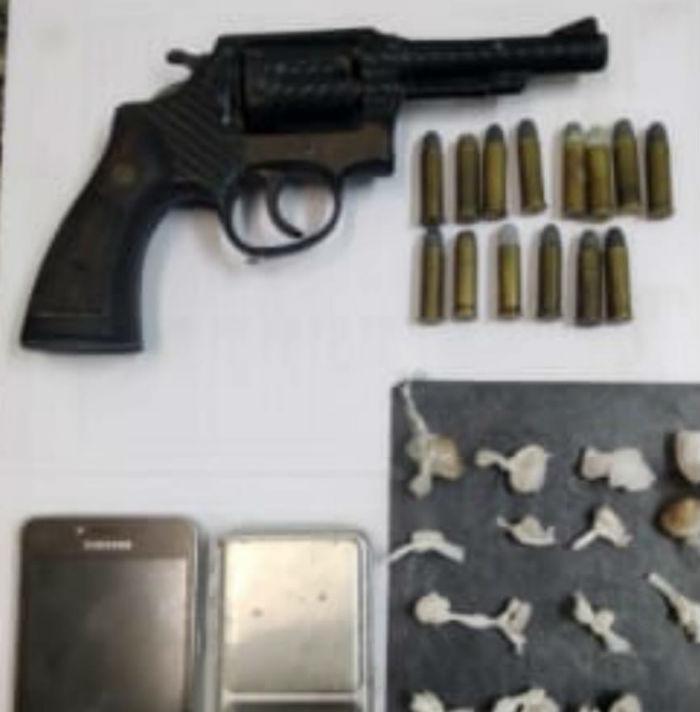 Polícia encontrou revólver, crack, munições, balança de precisão e celular. Foto: Polícia Militar / Divulgação.