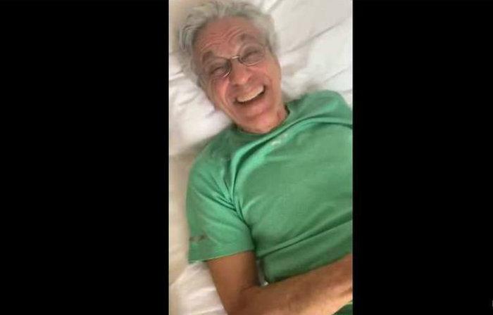 O vídeo que causou risadas no cantor é de uma entrevista que o filho do presidente da República deu para a Fox News, dos EUA, há sete meses. Foto: Reprodução/Instagram