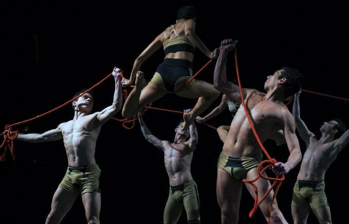 O espetáculo Nó, de Deborah Colker, traz reflexões sobre dominação, submissão, desejos e impulsos em versão reformulada, em cartaz hoje, no Teatro Guararapes. Foto: Nó/Divulgação