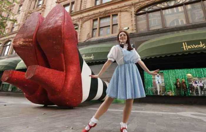 Versão gigante dos sapatos mágicos de rubi usados por Dorothy no clássico %u2018O Mágico de Oz%u2019. Foto: AFP.