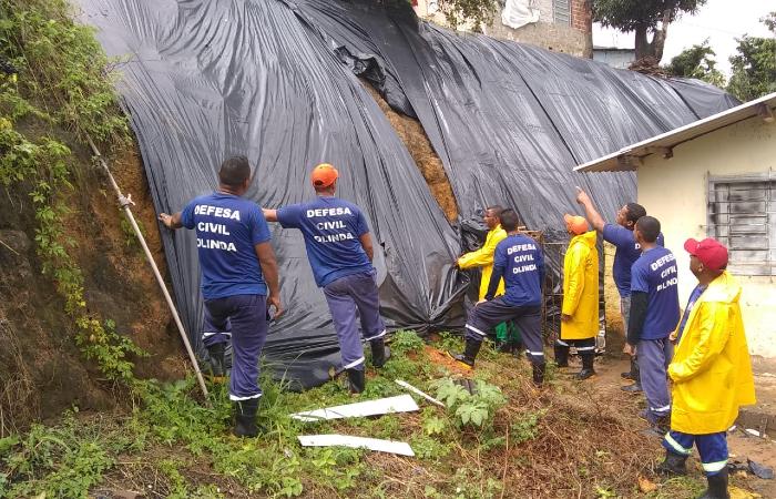 Grupo já ajudou a colocar mais de 3 mil metros quadrados de lonas plásticas em áreas de risco - Divulgação/Seres
