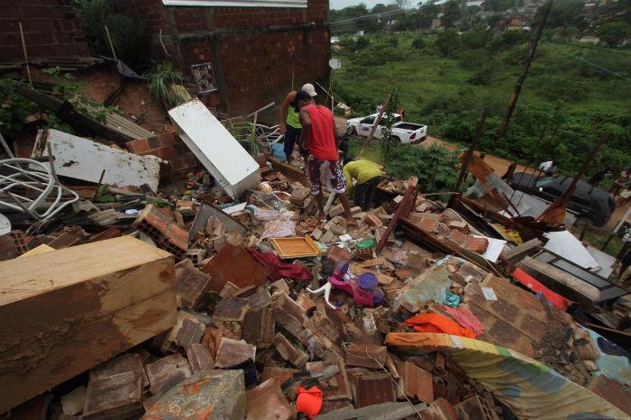 Um homem morreu no Córrego do Curió, em Dois Unidos, Zona Norte do Recife, após deslizamento de barreira. Foto: Peu Ricardo/DP.