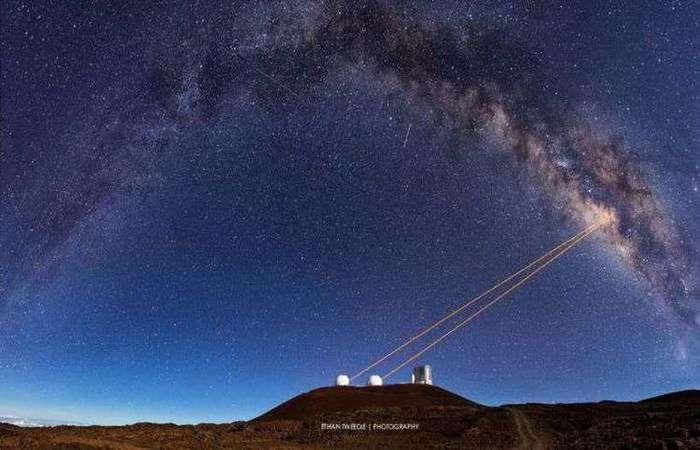 Lasers dos telescópios do Observatório Keck, no Havaí, propagados na direção do buraco negro. Foto: Reprodução/Instagram