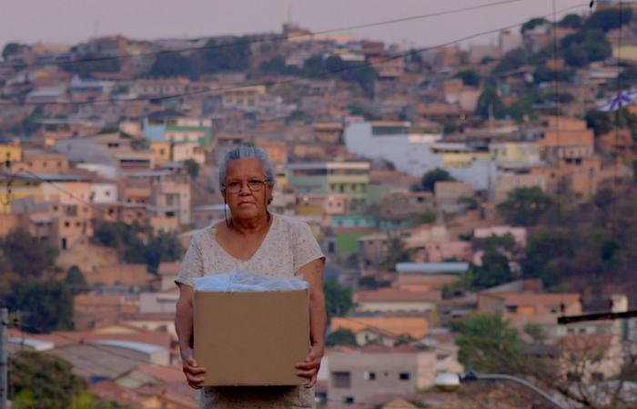 O curta-metragem Dona Sônia pediu uma arma para seu vizinho Alcides (2011) inspirou cenas do longa. Foto: Filmes de Plástico/Divulgação