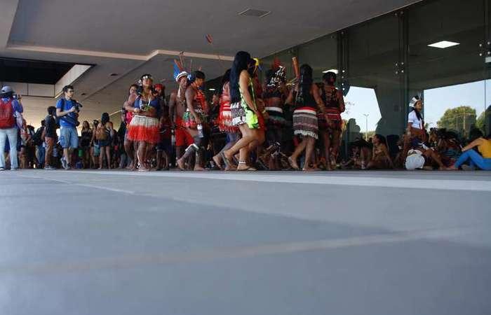Resultado de imagem para Grupos indígenas ocupam prédio do Ministério da Saúde na 702 Norte