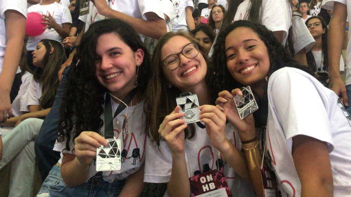 Ana Carolina do Carmo Santos, Ana Sofia Faria Pereira e Manuela Silvestre de Medeiros, todas de 17 anos, foram premiadas com medalhas de prata. Foto: Escola de Aplicação do Recife FCAP/UPE/Divulgação.