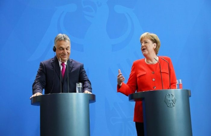 Viktor Orban e Angela Merkel. Foto: AFP