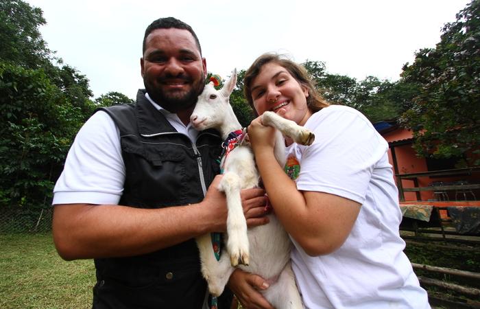 Maviael Bernardo (adestrador), Cabra Gerusa e Catharina (dona). Foto: Peu Ricardo/DP