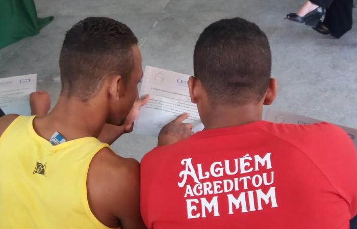 Jovens recebem certificado de curso profissionalizante - Foto: Divulgação/Funase