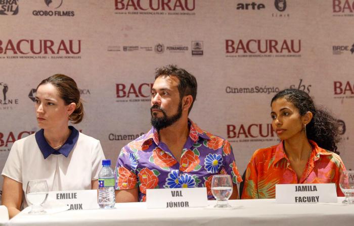 A produtora Emilie Lesclaux e os atores Val Júnior e Jamila Facury. Foto: Leandro Santana/DP