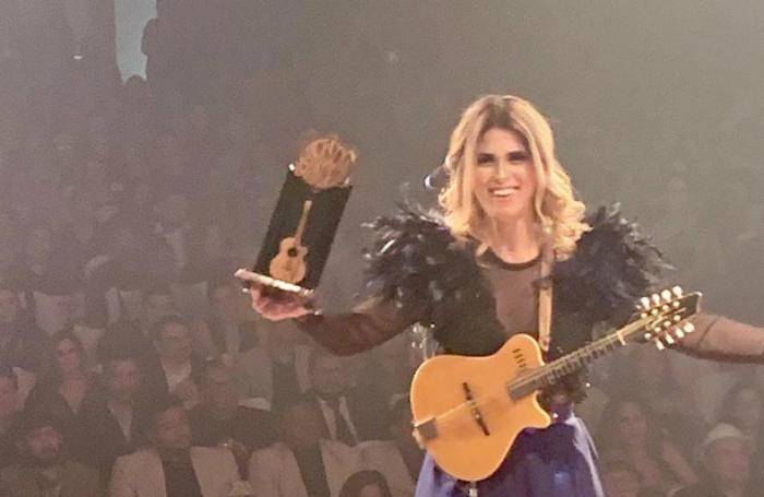 Bia Villa-Chan recebendo o Troféu Gonzagão. Foto: Instagram/Divulgação