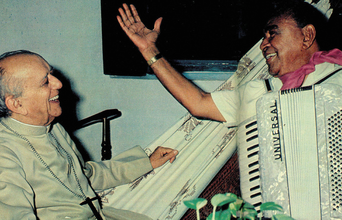 """Já Gonzagão entoou Pense n'eu. """"Seja sempre o rei, porque você é a alma do Nordeste"""", disse o dom ao músico. Foto: Acervo IDHEC"""