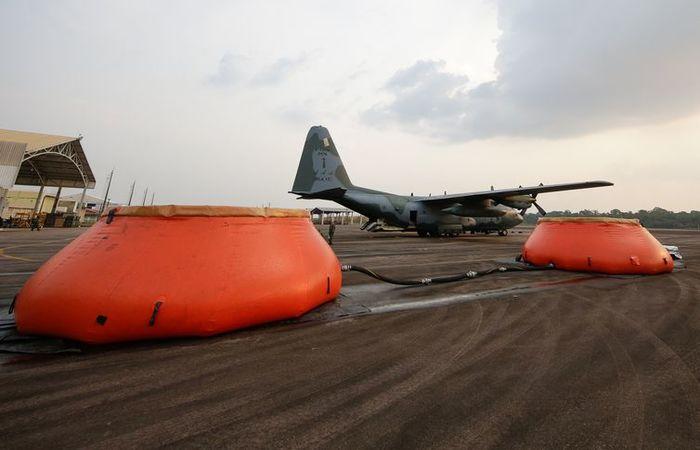 Abastecimento com água da Aeronave Hércules C-130 da Força Aérea Brasileira, que é utilizada no combate a focos de incêndio na Amazônia. Foto: Isac Nóbrega/PR (Foto: Isac Nóbrega/PR )