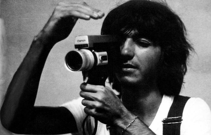 Geneton com sua câmera Super-8, em 1974. Foto: Cortesia da Cepe