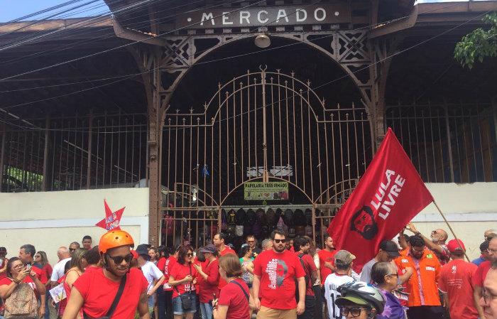A manifestação começou às 9h em frente ao Mercado Público de Casa Amarela. Foto: André Santa Rosa/DP
