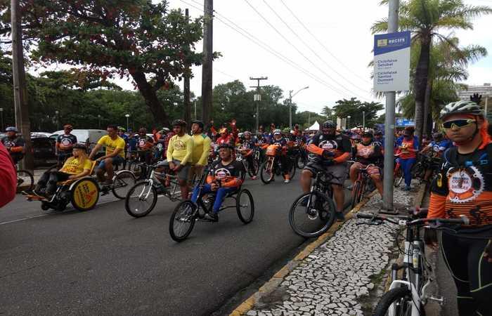 Os ciclistas passaram por várias  ruas do Recife em um percurso que chegou ao Segundo Jardim de Boa Viagem. FOTO: Rosália Rangel/DP