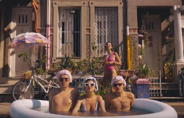 Rosa Neon traz 10 faixas, sendo duas inéditas, além de oito singles. Foto: Reprodução/Youtube