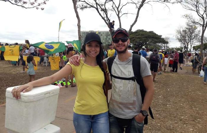 Ruan Ribacki, 27 anos, e Sabrinny Caxeta, 19, começaram a vender sacolés para casamento - Thiago Cotrim/CB/D.A Press