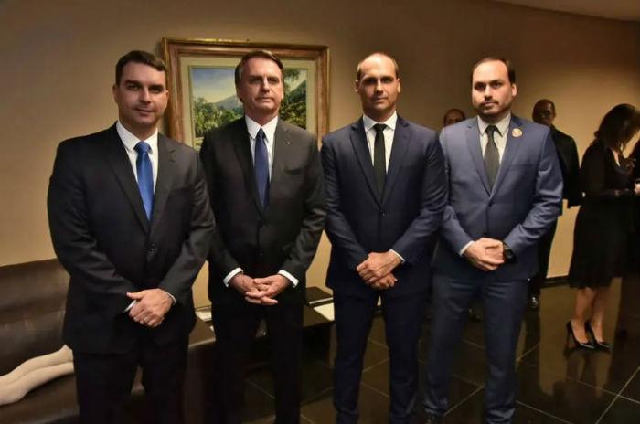O presidente Jair Bolsonaro com seu três filhos políticos: Flávio, Eduardo e Carlos Foto: Família Bolsonaro