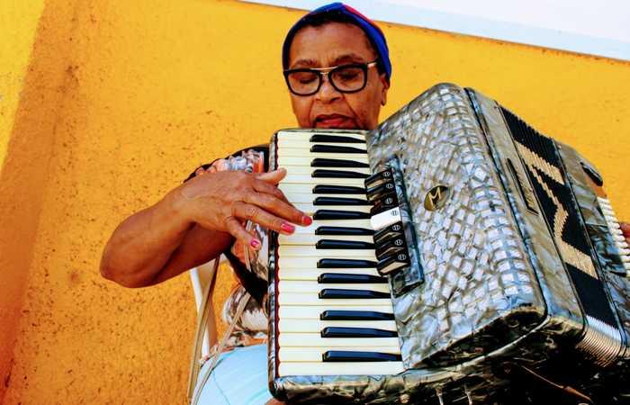 Birunga esperou 63 anos para entrar na escola e aprender a tocar sanfona. O sonho é poder tocar para os idosos nos asilos. Foto: Divulgação