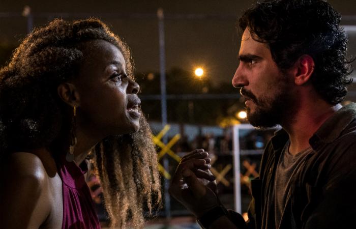 Roberta Rodrigues e Renato Góes contracenando em cena ficcional. Foto: Kino Filmes/Divulgação