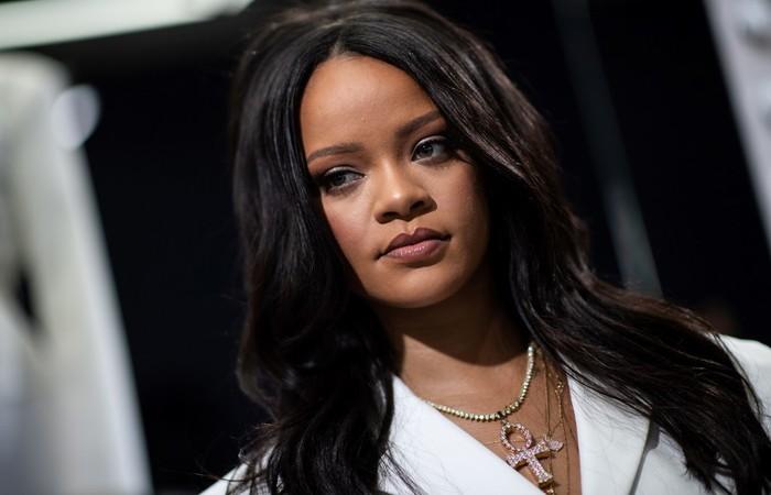 Rihanna posa durante evento promocional da sua marca em Paris - Créditos: AFP.