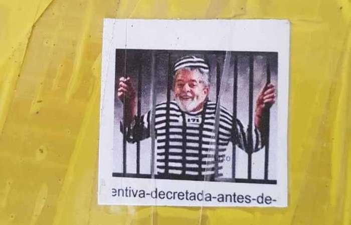 Foto impressa com montagem de Lula preso estava em 67 tabletes de maconha apreendidos - Créditos: Reprodução/Redes Sociais.