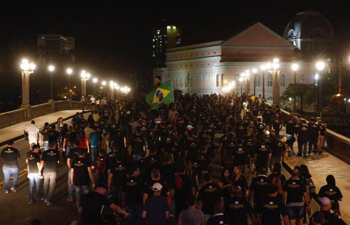 Passeata do Sinpol aconteceu entre o fim da tarde e o começo da noite desta terça-feira (10) - Bruna Costa/Esp. DP