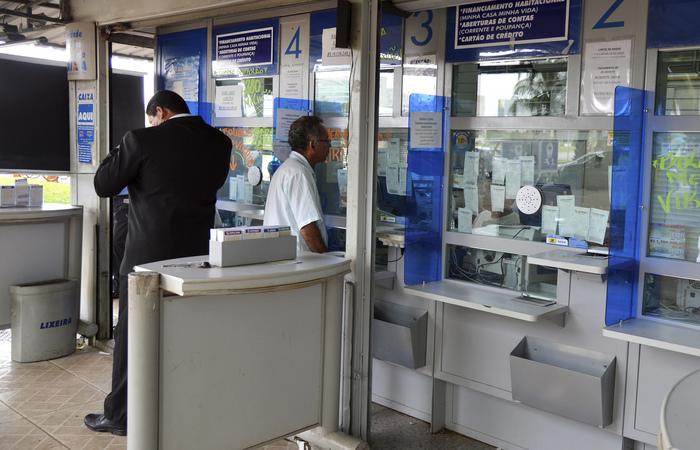 Pequenas agências bancárias, lotéricas ou cooperativas com movimentação financeira e de público deverão ter, por exemplo, portas de segurança com detector de metais e biombos separando a área dos caixas das filas. Foto: Wilson Dias/Agência Brasil