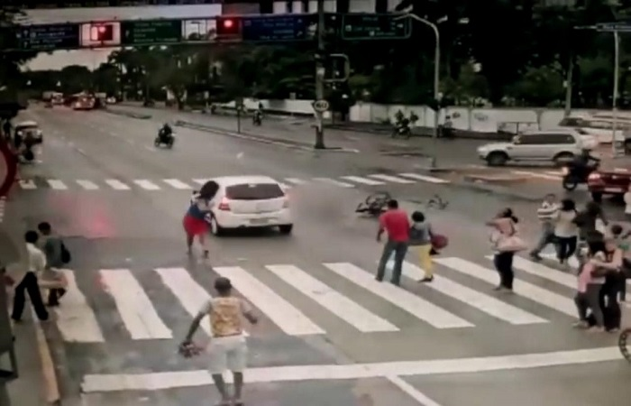 Motorista furou o sinal vermelho e atropelou a cadeirante na faixa de pedestre da Agamenon Magalhães no dia 13 de junho. Crédito: Reprodução vídeo
