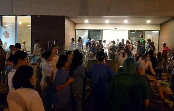 Pacientes que estavam internados em áreas próximas foram retirados às pressas - Créditos: Redes Sociais/Reprodução.