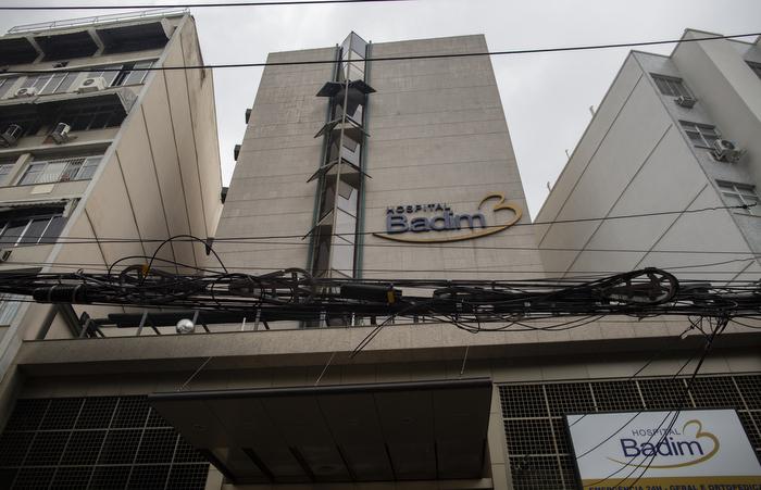 Peritos do Instituto de Criminalística Carlos Éboli entraram pela garagem do prédio, que dá acesso ao subsolo onde fica o gerador apontado como foco inicial do incêndio. Foto: Mauro Pimentel / AFP