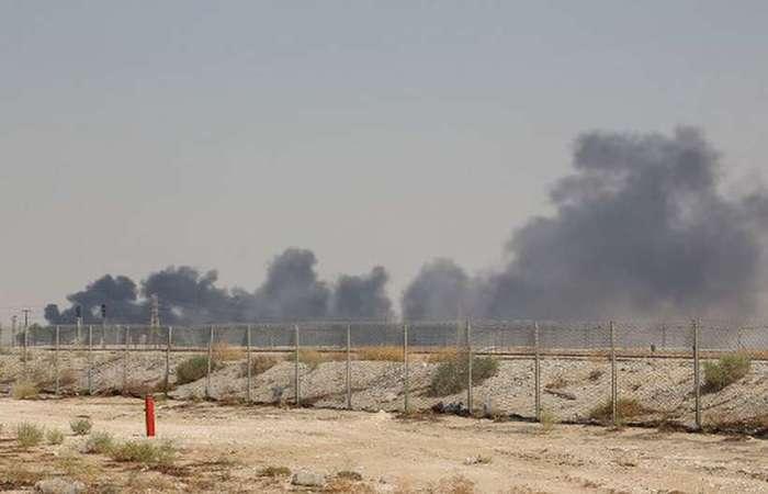 Fumaça é vista na refinaria de Abqaiq, um dos alvos do ataque com drones. Foto: AFP (Foto: AFP)